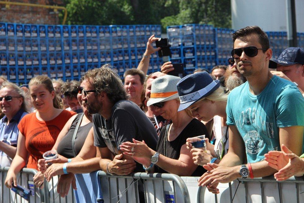 Kapely Olympic, Traktor a Mandrage na hlavní scéně, ale také Stará dobrá ruční práce a další oblíbené kapely na vedlejší scéně. Přerovský Zubrest se vydařil, a přestože bylo horko až k zalknutí, našly si do areálu přerovského pivovaru cestu tisíce lidí.