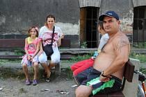 Romští obyvatelé Husovy ulice v Přerově se dočkali nových laviček. Díky nim se rušné pouliční debaty přenesly do dvorního traktu.