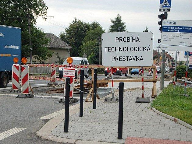 Dlouhé kolony aut a řidiči, kteří skřípějí zuby kvůli nekonečným frontám u semaforů – tak to v těchto dnech vypadá na tahu mezi Přerovem a Olomoucí. Důvodem jsou dvě silniční uzavírky – v Kokorách a Krčmani.