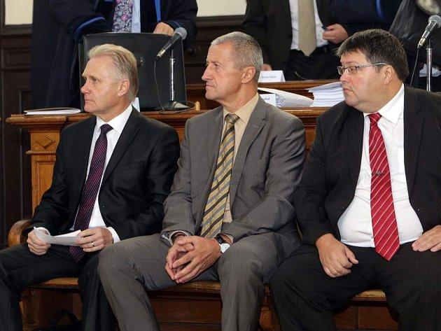 Zleva primátor Jiří Lajtoch, náměstek Josef Kulíšek a radní Václav Zatloukal. Soud s přerovskými radními v kauze údajně předražených zakázek a korupce