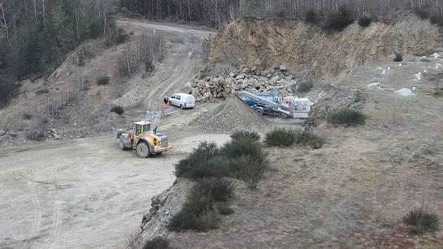 Do lomu ve Veselíčku se nastěhovala technika. Firma Skanska chce odtud vytěžit 100 tisíc tun kamene