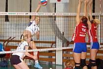 Přerovské volejbalistky (v bílo černé) proti SK UP Olomouc