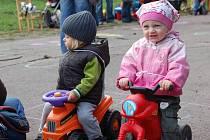 Závod v jízdě na odrážedlech v mateřském centru Sluníčko