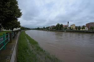 Bečva v Přerově v neděli 21. června krátce po poledni.