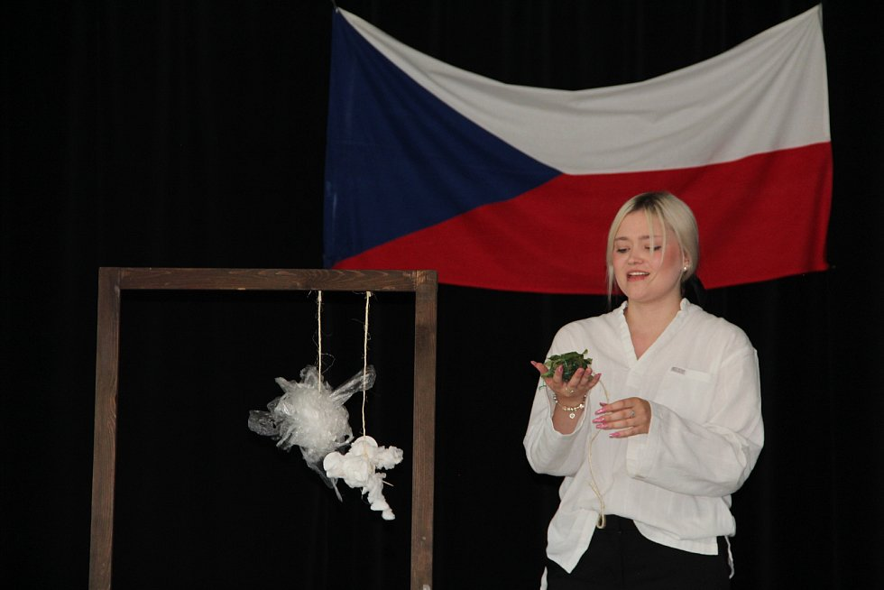 Učitelka češtiny, hudební a dramatické výchovy Gymnázia Jana Blahoslava a Střední pedagogické školy v Přerově Věra Mikulcová je držitelkou titulu Pedagog roku 2021. (na snímku během skládání maturitních zkoušek)