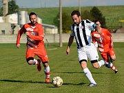 Fotbalisté Želatovic (v pruhovaném) v utkání s Hněvotínem