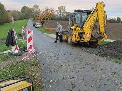 Pod grymovským mostem se v těchto dnech začala stavět cyklostezka, která navede kolaře bezpečně na pěšinu kolem Bečvy