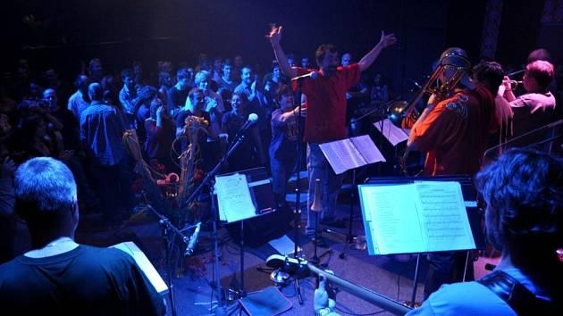 Na Staré střelnici v Hranicích slavila oblíbená kapela H-Band 15 let své existence. Jako předskokany si vybrali neméně oblíbenou skupinu Gentleman's club.