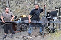 Dva umělečtí kováři – Michal Ptáček a Petr Gajdůšek vytvářejí plastiku pro hrad Helfštýn. Tři metry vysoký kříž bude později umístěný v kapli v hradním paláci, který se nyní opravuje.
