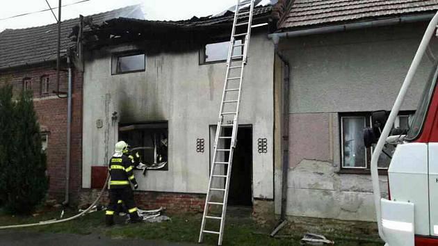Hasiči zasahují u požáru staršího rodinného domu v Polkovicích na Přerovsku.