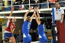 Přerovské volejbalistky (v modrém) proti Olympu