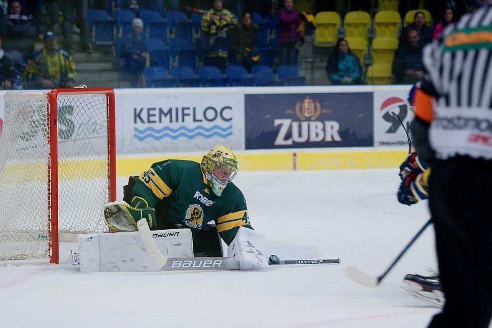 Hokejisté Přerova (ve žlutém) proti Vsetínu. David Gába