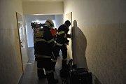 Přerovští dobrovolní hasiči si v pondělí odpoledne nacvičili zásah v budově hotelu Strojař. Museli se dostat k ženě, která volala o pomoc za zavřenými dveřmi.