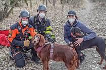Náročný zásah hasičů při vyprošťování psa v těžce přístupném terénu lomu ve Výklekách