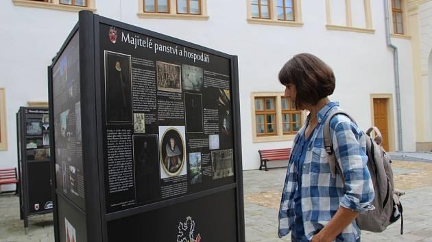 Výstava věnovaná historii rodu Žerotínů na nádvoří přerovského zámku