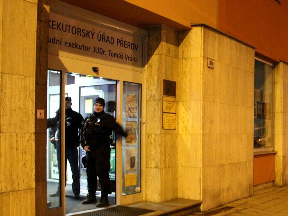 Policie zasahuje v budově Exekutorského úřadu Tomáše Vrány