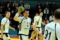 Michal Hradil (s míčem)