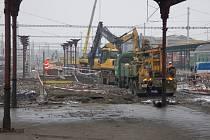 Oprava třetího nástupiště na přerovském nádraží. Stavbaři také pracují na rekonstrukci železničního mostu