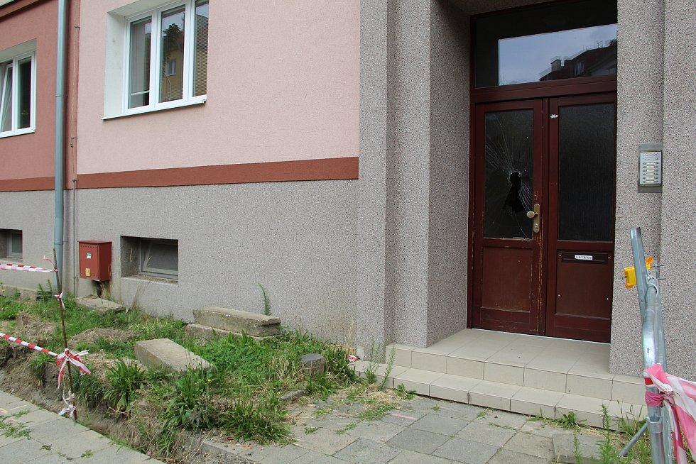 Červenec 2020. Při konfliktu znesvářených rodin olašských Romů létaly z oken v Bratrské ulici v Přerově nejrůznější předměty, které poničily i zaparkovaná auta.