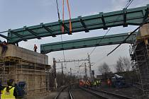 Stavebníci postavili v noci nosné konstrukce prvního z Dluhonských mostů nad železniční tratí v Přerově.