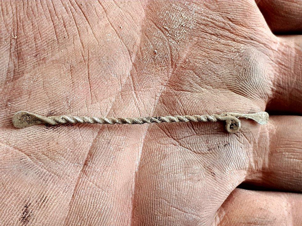 Unikátní ušní lžička ze stříbrného drátu o délce 61 milimetrů. Badatelé ji našli na Helfštýně