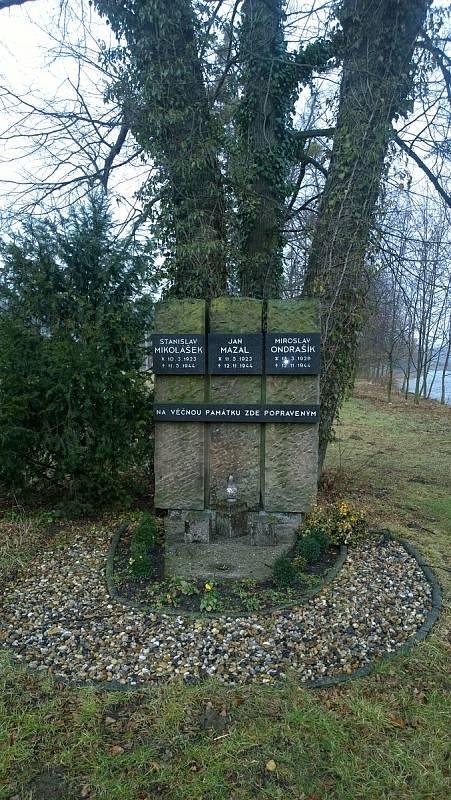 Pomník tří popravených partyzánů v Poličné. Dne 11. května 1944 zde byl oběšen Stanislav Mikolášek.