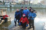 Recesistická show otužilců na Silvestra v řece Bečvě v Přerově 2018