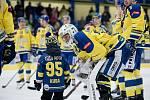 Hokejisté Přerova (ve žlutém) v utkání se Vsetínem. Lukáš Klimeš s malým fanouškem