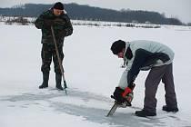 Prosekávání ledu na pískovně v Krčmaní