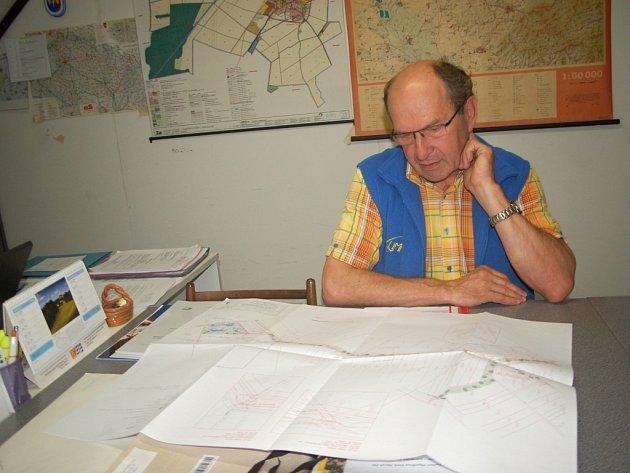 Obec Vlkoš už má studii na ochranu části obce Kanovsko před přívalovými dešti, jaké obyvatelé zažili v roce 2010. Starosta Miroslav Kroupa teď doufá, že vlastníci pozemků, na nichž se dílo vybuduje, dají obci souhlas.