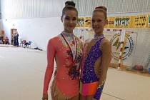 Přerovská moderní gymnastka Michaela Šlosarová (vlevo)