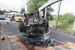 Auto se převrátilo na střechu, pohnulo i mostem. Řidič vyvázl bez vážnějších zranění