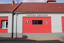 Nově opravenou hasičskou zbrojnici požehnal v sobotu farář v Hustopečích nad Bečvou.
