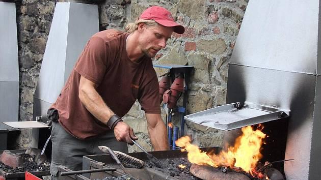 Na tři stovky uměleckých kovářů předvedly o víkendu své umění na nádvoří hradu Helfštýna, kde se konal již devětadvacátý ročník setkání uměleckých kovářů Hefaiston.
