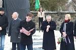 ŠOA. V Lipníku nad Bečvou odhalili památník obětem holocaustu. Je na něm 164 jmen židovských obyvatel města, kteří nepřežili hrůzy koncentračních táborů.