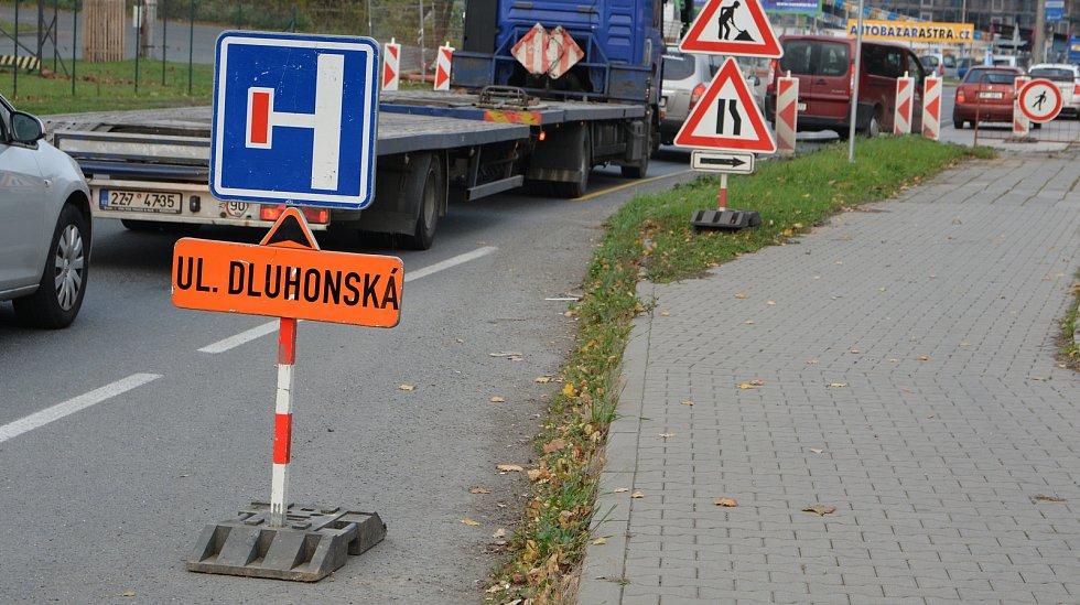 V Přerově se v pondělí zavřely Dluhonské mosty nad železniční tratí, které čeká zbourání a stavba nového přemostění. Doprava v této části města zhoustla.