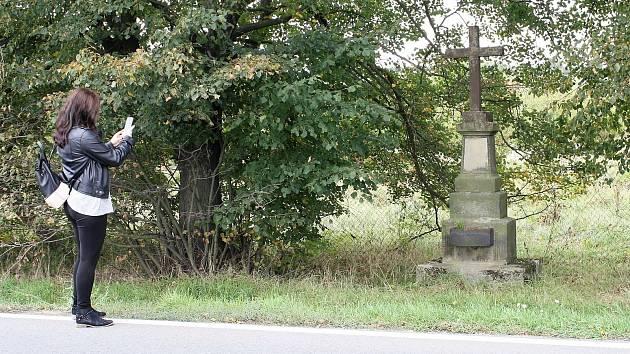 Kamenný kříž u Předmostí stojící v cestě D1
