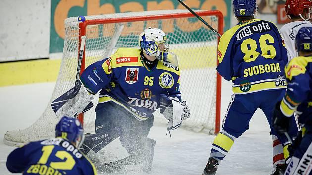 Hokejisté Přerova (v modrém) porazili Frýdek-Místek 3:0. Michael Petrásek