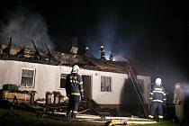Požár rodinného domu v Lipné u Potštátu likvidovalo v noci na sobotu osm hasičských jednotek