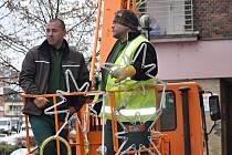 Pracovníci technických služeb začali ve středu ráno instalovat vánoční výzdobu na Žerotínově náměstí v Přerově