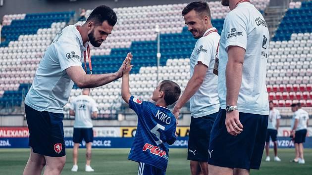Malému Kryštofovi, který se stal hrdinou loňské fotbalové benefice v Kozlovicích, se splnil sen - mohl se podívat do zákulisí kvalifikačního utkání české reprezentace.