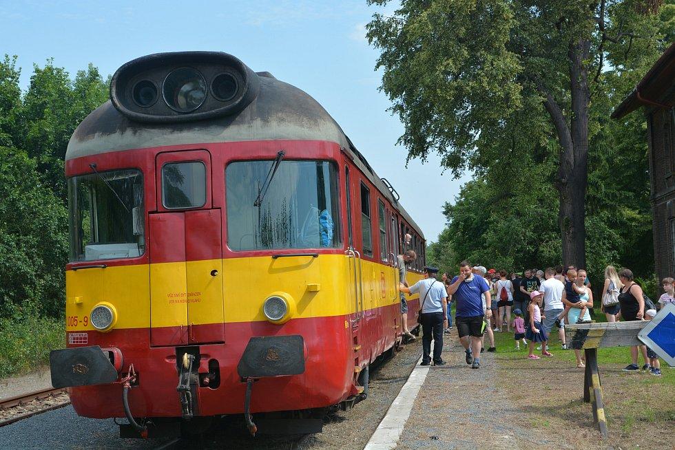 Na nostalgickou jízdu historickým vláčkem z Kojetína do Tovačova se mohli poprvé v letošní sezoně vydat fanoušci železnice