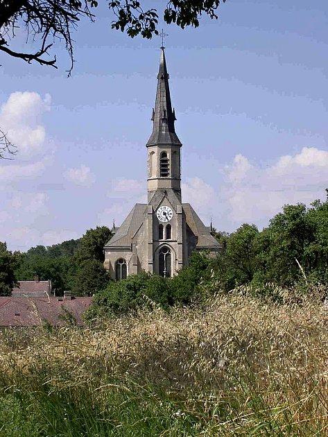 Dominantou obce Stará Ves je kostel Nanebevzetí Panny Marie.