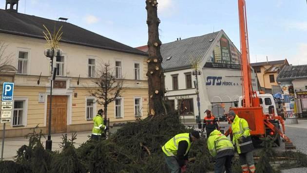 Kácení vánočního stromu v Přerově