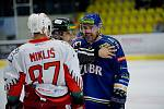 Hokejisté Přerova (v modrém) v derby s Prostějovem