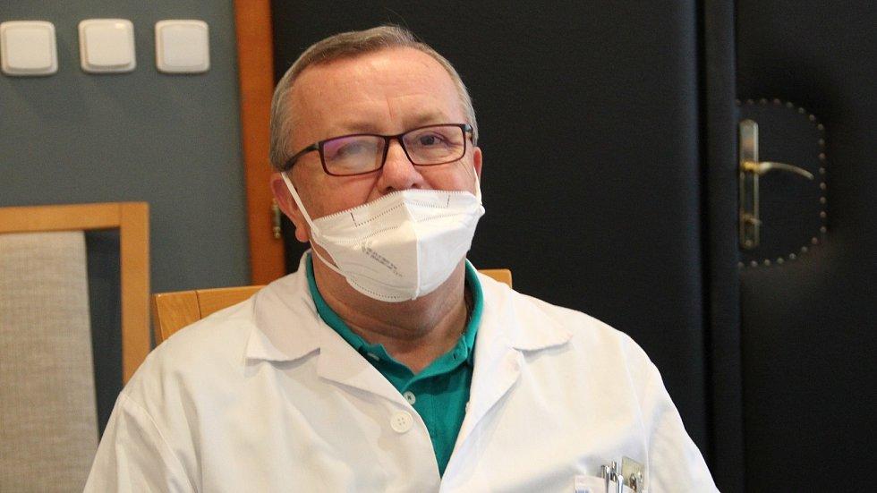 Mezi zdravotníky, kteří se nechali naočkovat proti nemoci covid-19 v přerovské nemocnici, je i lékař interny a kardiolog Václav Kopal