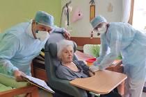 Očkování proti nemoci covid-19 v přerovském Domově pro seniory v Kabelíkově ulici