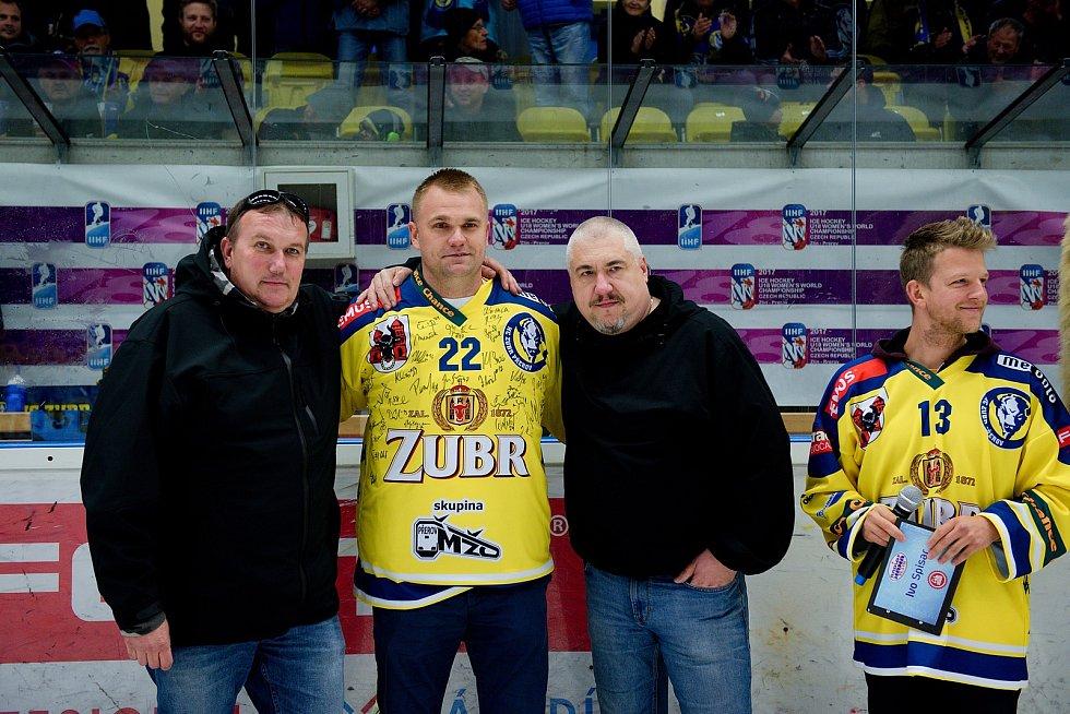 Hokejisté Přerova (ve žlutém) proti Vsetínu. Klub a fanoušci se před utkáním loučili se legendou - Radomírem Palou.