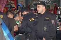 Policisté podnikli v sobotu v noci rozsáhlou razii v restauracích a hernách v Přerově a jeho okolí. Do akce se zapojila i celní správa, živnostenský úřad a strážníci.