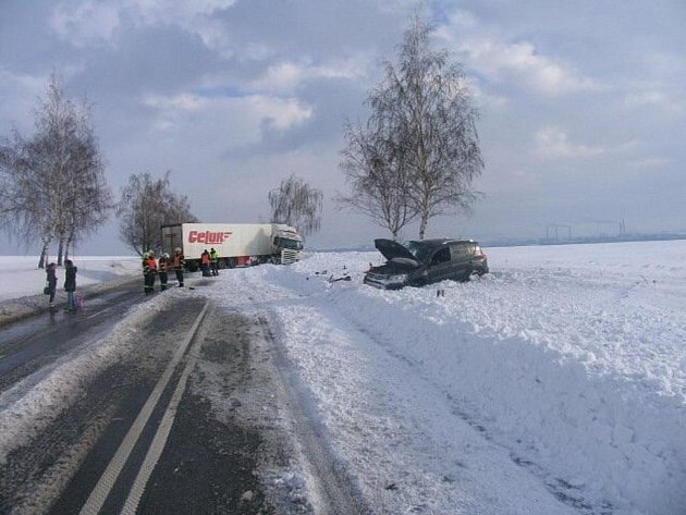Srážka osobního a nákladního auta mezi Kokorami a Přerovem